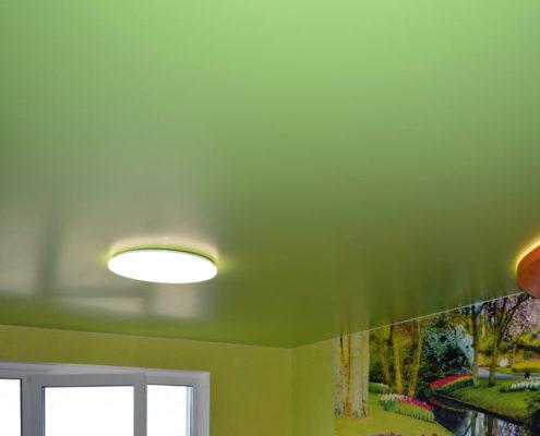 зеленый натяжной потолок с освещением