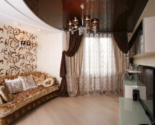 коричневый натяжной потолок для гостиной в стиле классицизма