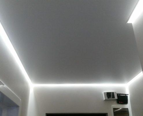 парящий белый потолок со светом