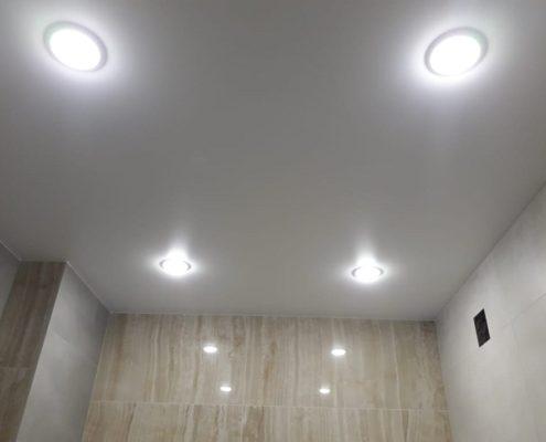 натяжной потолок в туалете правила