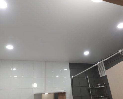 натяжной потолок в туалете со светом
