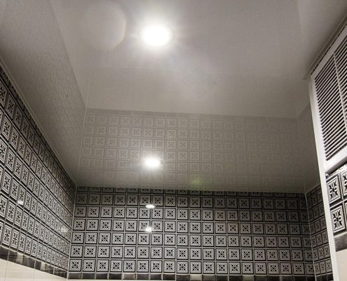 Натяжные потолки под ключ в туалете