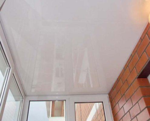 натяжной потолок на утепленном балконе