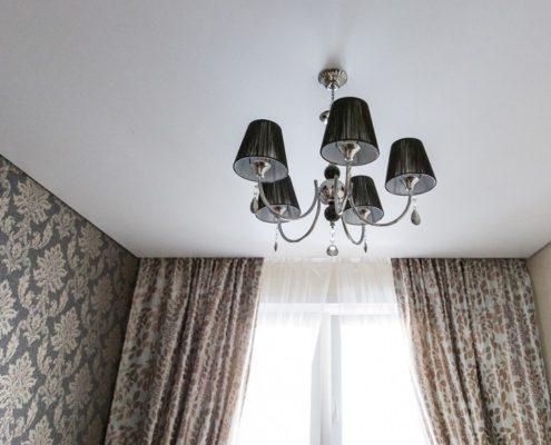Натяжные потолки под ключ с лампой