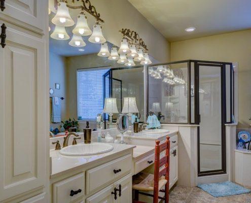 цветные натяжные потолки в ванной