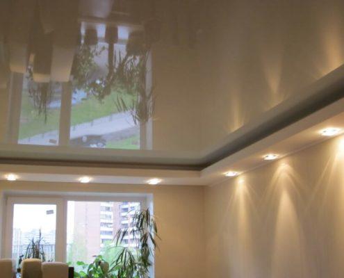 натяжной бежевый зеркальный потолок