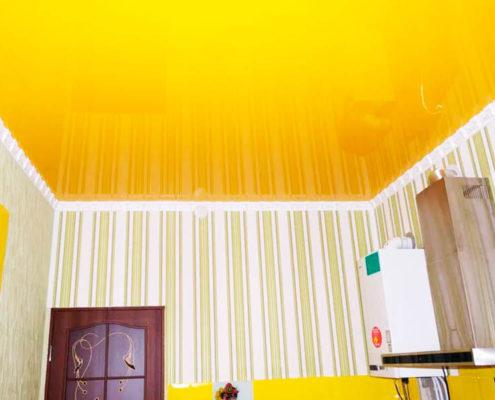 как подобрать желтый потолок