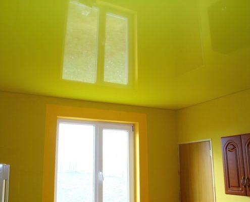 натяжной желтый потолок на кухню