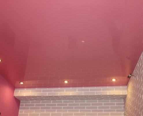 розовый потолок в зале