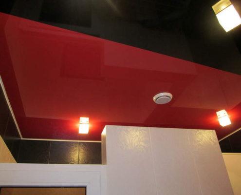 красный натяжной потолок в дуэте с черным