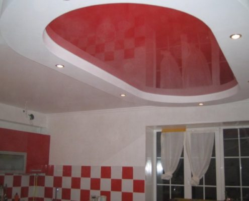 монтаж красного натяжного потолка